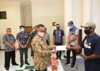 Wali Kota Tarakan Khairul menyerahkan bantuan kepada perwakilan warga terdampak tanah longsor di kantor Wali Kota Tarakan, Kamis (22/10/2020). (foto: Dok Humas Setda Tarakan)