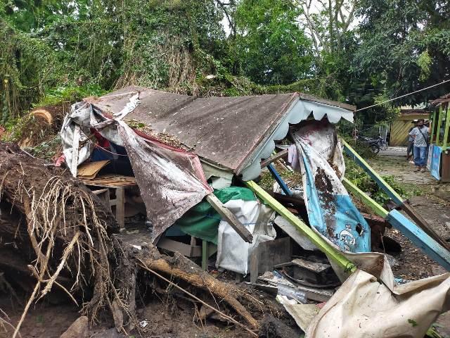 Lapak di pusat penjualan batu akik di Kelurahan Karang Balik, Kecamatan Tarakan Barat, ambruk. (foto: jendelakaltara.co)