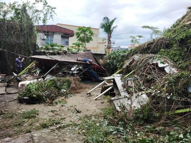 Dampak dari hujan lebat disertai angin kencang pada Senin malam (26/10/2020) membuat lapak di pusat penjualan batu akik di Kelurahan Karang Balik, Kecamatan Tarakan Barat, ambruk. (foto: jendelakaltara.co)