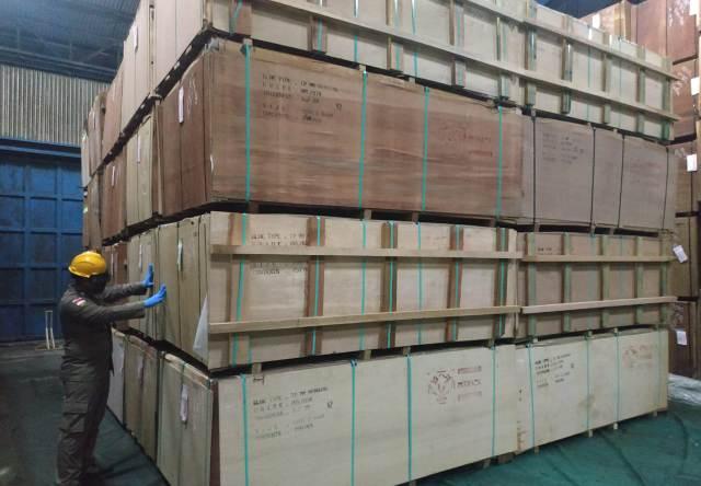 Petugas Balai Karantina Pertanian Kelas II Tarakan memeriksa plywood yang akan dikirim ke India, Sabtu (24/10/2020). (foto: Dok Karantina Pertanian Kelas II Tarakan)