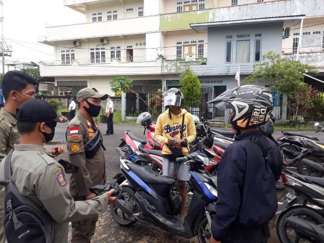 Petugas Satpol PP Kota Tarakan menegur warga yang terjaring razia di pasar Tenguyun, kelurahan Gunung Lingkas. (foto: dok Satpol PP Kota Tarakan)