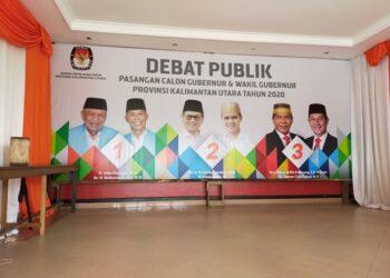 Backdrop debat publik pasangan calon Gubernur dan Wakil Gubernur Kaltara terpampang di depan pintu masuk ballroom Hotel Tarakan Plaza. (foto: jendelakaltara.co)