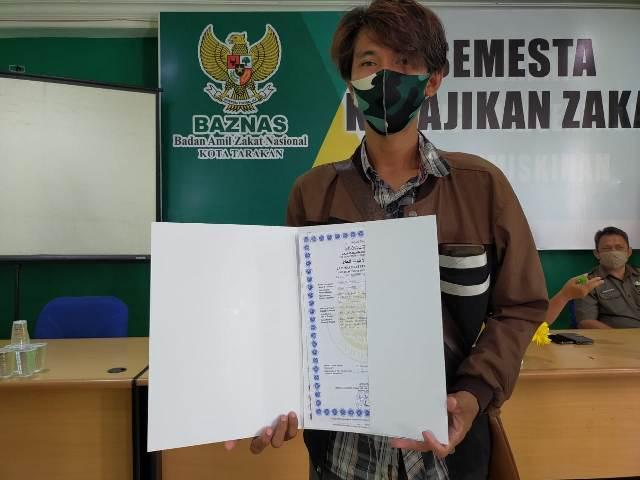 Irham, salah satu pelaku IKM yang mendapatkan sertifikat halal. (foto: jendelakaltara.co)