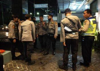 Aparat kepolisian berjaga di teras Hotel Tarakan Plaza, Kota Tarakan, Minggu (25/10/2020). (foto: jendelakaltara.co)