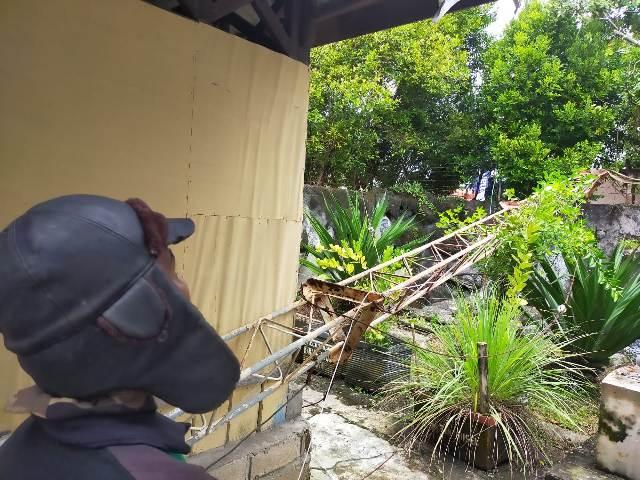 Evakuasi tower yang roboh di Kantor Kecamatan Tarakan Barat, Selasa (27/10/2020). (foto: jendelakaltara.co)