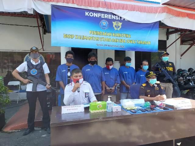 Kepala Bidang Pemberantasan BNNP Kaltara AKBP Deden Andriana bersama Kepala Kantor Bea Cukai Tarakan Minhajuddin Napsah memberikan keterangan pers, Senin (09/11/2020). (foto: jendelakaltara.co)