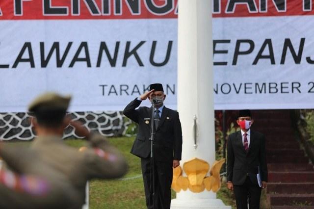 Wali Kota Tarakan Khairul menjadi inspektur upacara pada upacara Hari Pahlawan di halaman parkir rumah jabatan Wali Kota Tarakan, Selasa (10/11/2020). (foto: Dok Humas Setda Tarakan).