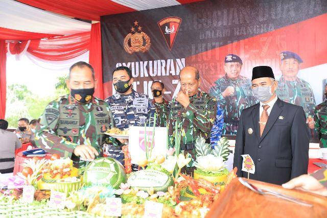 Wali Kota Tarakan dr. H. Khairul M.Kes menyaksikan pemotongan tumpeng oleh Kapolda Kaltara Irjen Pol Bambang Kristiyono. (foto: Dok Humas Setda Tarakan)