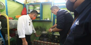 Wali Kota Tarakan Khairul uji coba jaringan gas alam di rumah warga di jalan Agathis Kelurahan Karang Harapan, Kecamatan Tarakan Barat, Rabu (11/11/2020). (foto: Dok Humas Setda Tarakan)