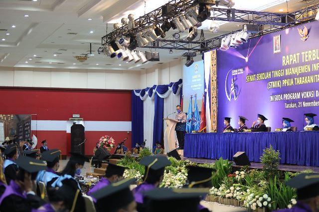 Walikota Tarakan dr. H. Khairul M.Kes menyampaikan arahan pada wisuda STIMIK PPKIA, Sabtu (21/11/2020) siang. (foto: Humas Setda Tarakan)