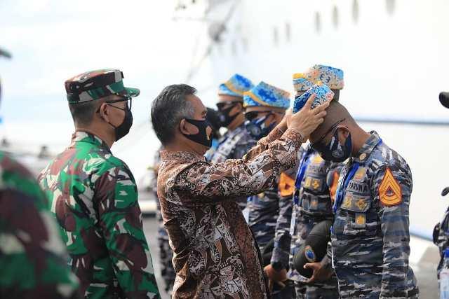 Wali Kota Tarakan dr. H. Khairul M.Kes memasangkan singal kepada taruna AAL, Minggu (22/11).  (foto: Humas Setda Tarakan)