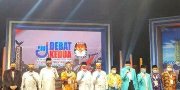 Pjs Gubernur Kaltara, Teguh Setyabudi berfoto bersama 3 paslon peserta Pilgub Kaltara 2020 usai debat ke-2, Sabtu (14/11/2020). (foto: Dok Humas Provinsi Kaltara)