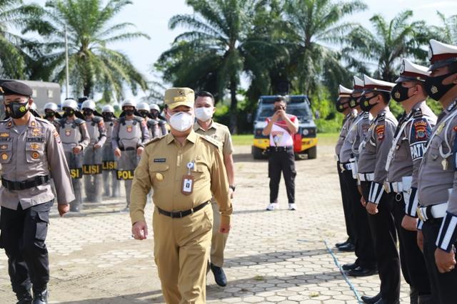 Pjs Gubernur Kaltara Teguh Setyabudi menjadi inspektur Apel Gelar Pasukan Siaga Bencana dan Kesiapan Pengamanan Pilkada Serentak 2020 di Lapangan Agathis, Selasa (17/11). (foto: Humas Provinsi Kaltara)
