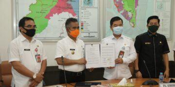 Pjs Gubernur Kaltara, Teguh Setyabudi dan Walikota Tarakan dr H Khairul menunjukkan dokumen serah terima sarpras dari Pemkot Tarakan kepada Pemprov Kaltara, Rabu (18/11) siang. (foto: Humas Provinsi Kaltara)