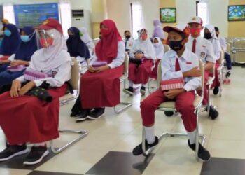 Dengan menerapkan protokol kesehatan,  perwakilan siswa SD/MI/SMP/MTs di Kota Tarakan hadir dalam penyerahan beasiswa prestasi dari Pemkot Tarakan, Senin (03/08/2020). (foto: jendelakaltara.co)