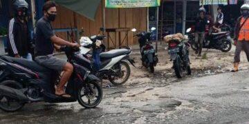 TKP laka tunggal di Jalan P. Aji Iskandar, Kelurahan Juata Permai, Selasa (10/11/2020), yang mengakibatkan pengedara sepeda motor meninggal. (foto: istimewa).