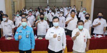 Pjs Gubernur Kaltara, Teguh Setyabudi berfoto bersama peserta Sosialisasi Inpres No. 2/2020, Rabu (18/11) sore. (Humas Provinsi Kaltara)