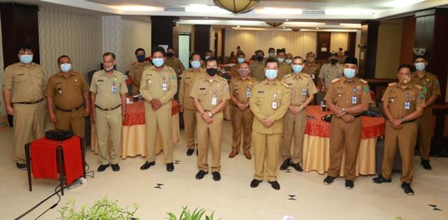 Pjs Gubernur Kaltara, Teguh Setyabudi berfoto bersama peserta Rakor Camat se-Kaltara di Swisbell-Hotel Tarakan, Senin (23/11). (foto: Humas Provinsi Kaltara)