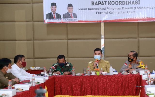 Pjs Gubernur Kaltara, Teguh Setyabudi memimpin Rakor Forkopimda Kaltara di Royal Hotel, Tarakan, Senin (23/11/2020). (foto: Humas Provinsi Kaltara)