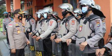 Kapolda Kaltara Irjen Pol Bambang Kristiyono mengecek kesiapan kepolisian  di kantor KPU Tarakan, Sabtu (21/11/2020). (foto: Humas Polda Kaltara)