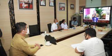 Pjs Gubernur Kaltara, Teguh Setyabudi saat mengikuti acara pembukaan penyerahan DIPA Tahun 2021 secara virtual, Rabu (25/11). Pembukaan ini dilakukan Presiden Joko Widodo. (Humas Provinsi Kaltara)
