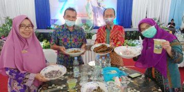 Kepala DKP Kaltara, Syahrullah didampingi Kepala DPKP Kaltara Wahyuni Nuzband menunjukkan hasil olahan ikan Kaltara pada peringatan Harkanas ke-7, Kamis (26/11). (foto: Humas Provinsi Kaltara)