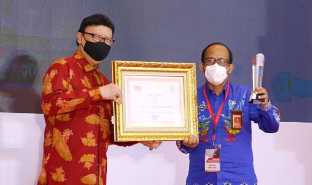 Kepala Dinkes Kaltara Usman (kanan_ menerima penghargaan Top 45 KIPP 2020 dari Menteri PANRB Tjahjo Kumolo, Rabu (25/11) lalu. (foto: Humas Provinsi Kaltara)