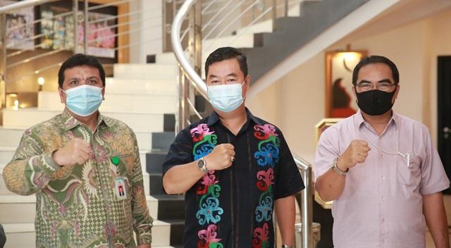 Pjs Gubernur Kaltara, Teguh Setyabudi berfoto bersama Plt Dirjen P2P Kemenkes Muhammad Budi Hidayat, Minggu (29/11).(foto: Humas Provinsi Kaltara)