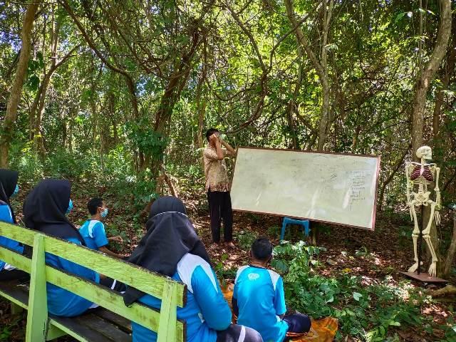 Adiatman saat memberikan pelajaran kepada pelajar SMA 1 Sebatik di Laboratorium Alam SMA 1 Sebatik.(foto: Humas Provinsi Kaltara)