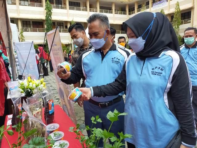 Wali Kota Tarakan dr. H. Khairul M.Kes bersama Ketua Tim Penggerak PPK Tarakan Hj. Siti Rujiah melihat produk hasil olahan kaum perempuan di acara GP3M di halaman SMPN 1 Tarakan, Sabtu (28/11/2020). (foto jendelakaltara.co)