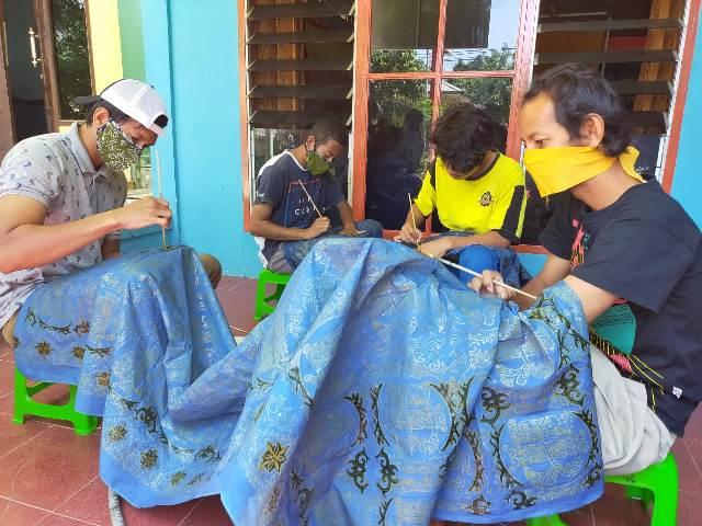 Beberapa difabel membatik di rumah disabilitas di RT 07 nomor 05 Kelurahan Kampung/1 Skip, Kecamatan Tarakan Tengah, Kota Tarakan, Kamis (05/11/2020). (foto: jendelakaltara.co)