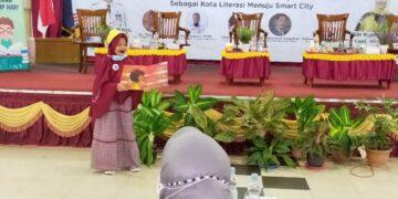 Penampilan seorang anak dalam kegiatan sarasehan Gerakan Indonesia Membaca (GIM) yang dilaksanakan di ruang pertemuan SMPN 1 Tarakan, Selasa (23/11/2020). (foto: jendelakaltara.co)