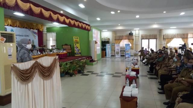 Bunda Baca Kota Tarakan Hj. Siti Rujiah menyampaikan arahan pada sarasehan Gerakan Indonesia Membaca (GIM) di ruang pertemuan SMPN 1 Tarakan, Selasa (23/11/2020). (foto: jendelakaltara.co)
