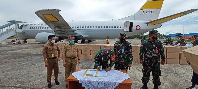 Bantuan APD tiba di Lanud Anang Busra, Tarakan, Selasa (24/11/2020). (foto: istimewa)