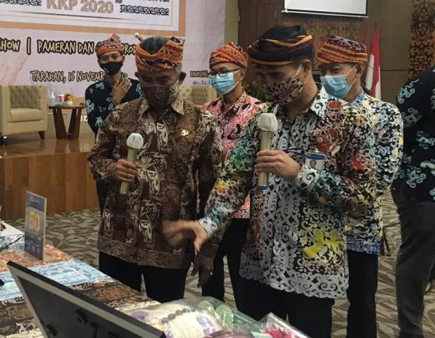Wali Kota Tarakan dr. H. Khairul M.Kes bersama Kepala Perwakilan BI Provinsi Kaltara Yufrizal melihat pameran UMKM. (foto: Humas KPwBI Provinsi Kaltara)