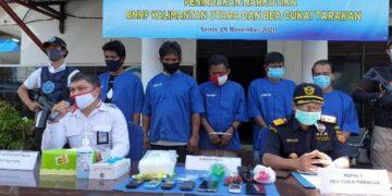 BNNP Provinsi Kaltara dan Bea Cukai Tarakan mengamankan lima tersangka berikut barang bukti lebih dari 1 kilogram sabu dan barang bukti lainnya. (foto: jendelakaltara.co)