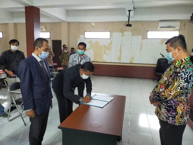 Pjs Gubernur Kaltara Teguh Setyabudi melantik dua anggota BPSK Kota Tarakan di ruang UMKM Center, Jumat (06/11/2020). (foto: jendelakaltara.co)