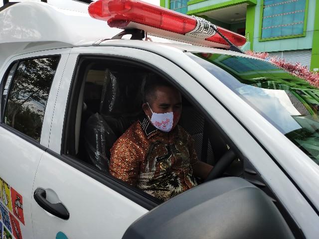 Wali Kota Tarakan Khairul mencoba mobil operasional promosi kesehatan bantuan Pemerintah Pusat. (jendelakaltara.co)