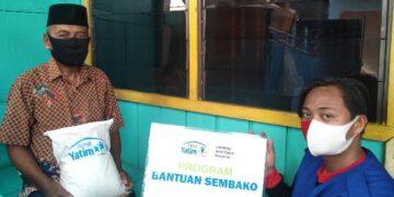 Relawan Rumah Yatim Cabang Tarakan menyerahkan bantuan kepada yang berhak mendapatkannya. (foto: Rumah Yatim Cabang Tarakan)