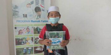 Salah satu siswa SD Al Irsyad mendapatkan bantuan beasiswa dhuafa dari Rumah Yatim Cabang Tarakan . (foto: Rumah Yatim Cabang Tarakan)