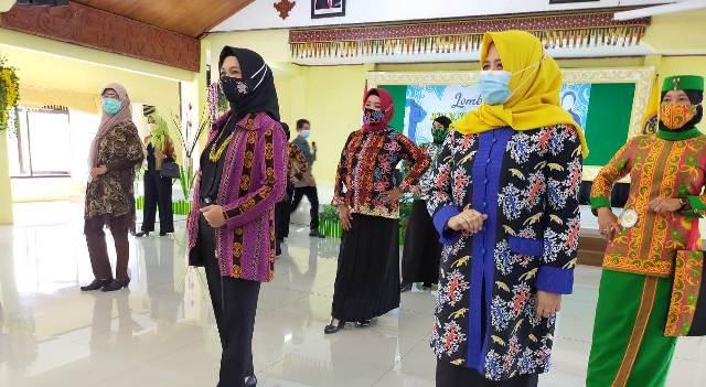 Lomba Cipta Busana Kembaran Batik Tarakan yang digelar TP PKK Tarakan, Senin (30/11/2020). (foto: jendelakaltara.co)