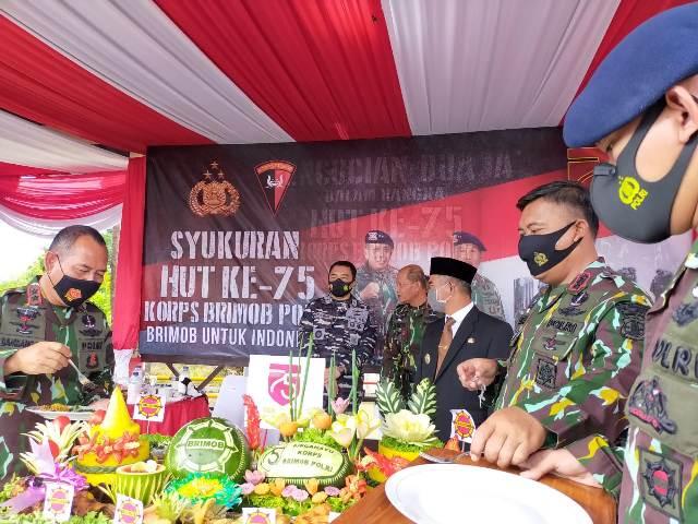 Kapolda Kaltara Irjen Pol Bambang Kristiyono (kiri) memotong tumpeng di acara syukuran HUT Korps Brimob ke-75, Sabtu (14/11/2020). (foto: jendelakaltara.co)