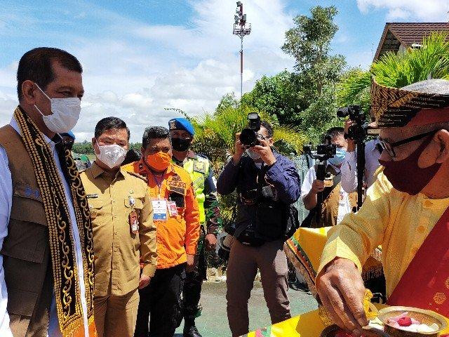 Kepala BNPB Letjen TNI Doni Monardo disambut tradisi tepung tawar. (foto: jendelakaltara.co)