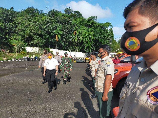 Wali Kota Tarakan dr. H. Khairul M.Kes memeriksa pasukan apel, Rabu (18/11/2020).  (foto: jendelakaltara.co)