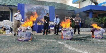 Pemusnahan barang hasil penindakan dan operasi di kantor Bea Cukai Tarakan, Rabu (18/11/2020). (foto: jendelakaltara.co)