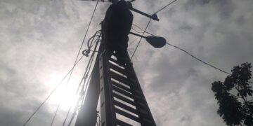 Petugas lapangan PT PLN (Persero) ULK Tarakan melalukan perbaikan lanjutan di jalan Gunung Amal, Kelurahan Kampung Enam, Kecamatan Tarakan Timur, Minggu (22/11/2020) sekira pukul 09.31 Wita. (foto: PT. PLN ULK Tarakan)