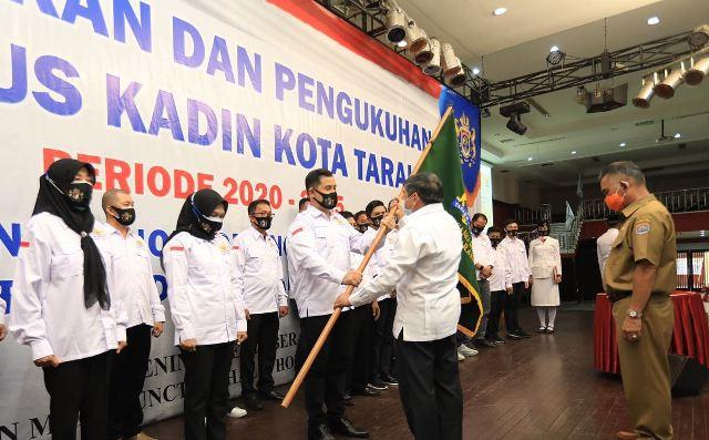 Ketua Kadin Kota Tarakan Effendy Gunardi menerima petaka dari Ketua Kadin Provinsi Kaltara Kilit Laing, disaksikan Wali Kota Tarakan dr. H. Khairul M.Kes. (Foto: Humas Setda Tarakan).