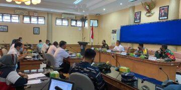 Wali Kota Tarakan dr. H. Khairul M.Kes memimpin rakor penanggulangan Covid-19 di ruang Imbaya Kantor Wali Kota Tarakan, Rabu (23/12). (foto: Humas Setda Tarakan)