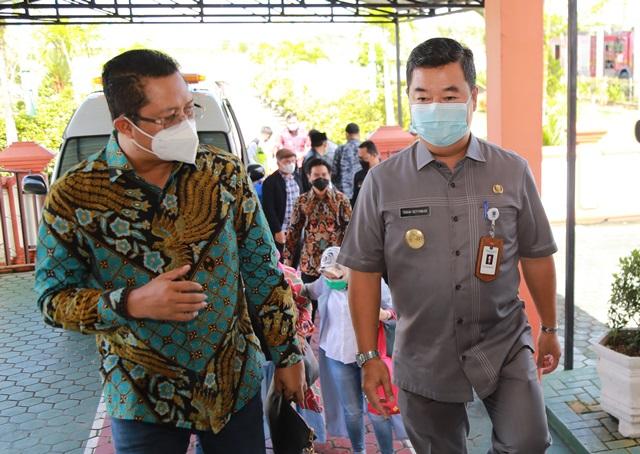 Pjs Gubernur Kaltara, Teguh Setyabudi saat menyambut kedatangan Wakil Ketua DPD RI Mahyudin di VIP Room Bandara Juwata Tarakan, Selasa (1/12/2020). (foto: Humas Provinsi Kaltara)