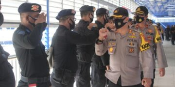 Kapolres Nunukan AKBP SYaiful Anwar S.Ik melepas 1 SSK Brimobda BKO asal Polda Aceh di pelabuhan Liem Hie Djung Nunukan, Kamis (17/12/2020). (foto: Humas Polres Nunukan)